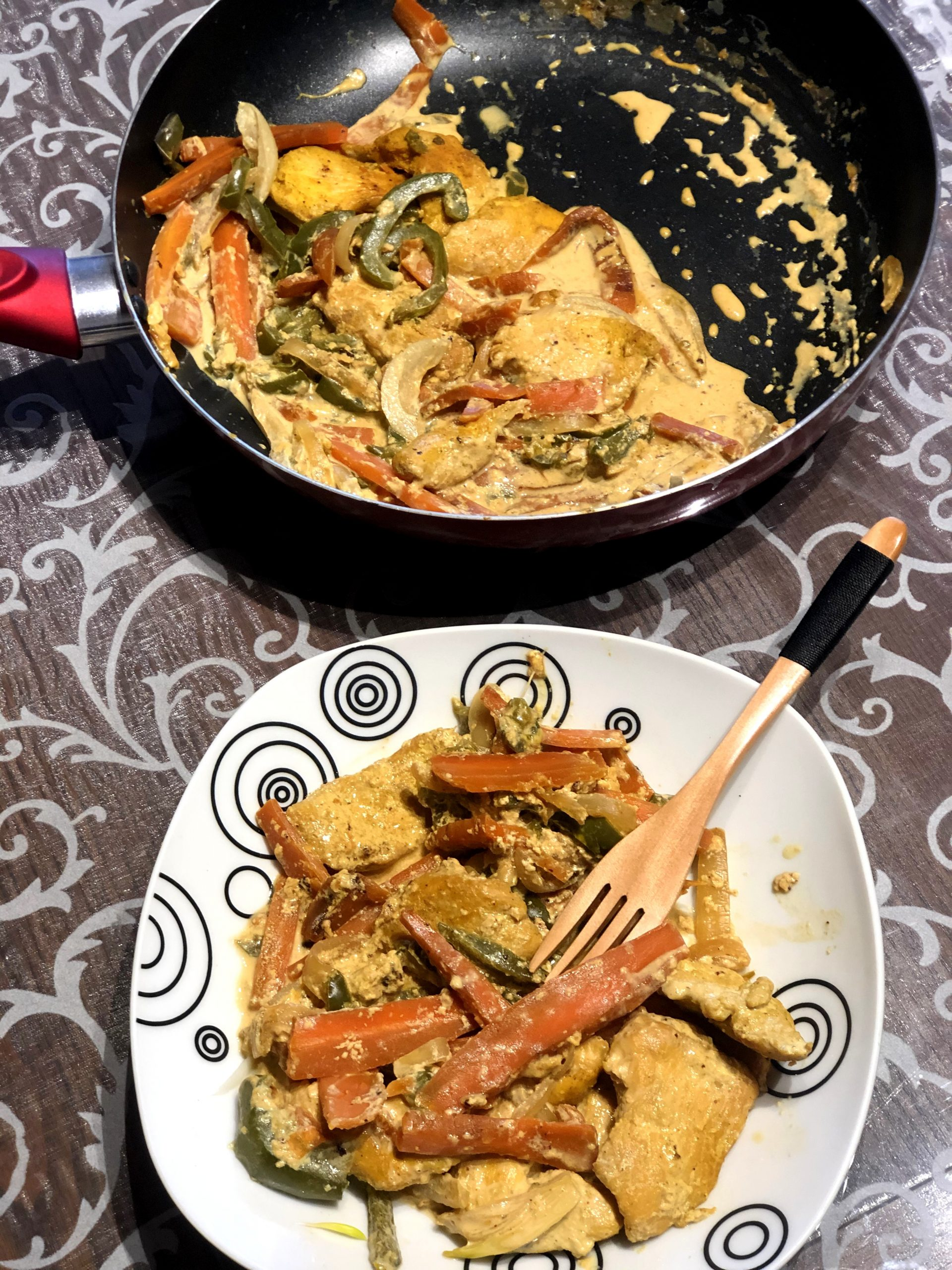 Piščanec v kremni omaki z zelenjavo