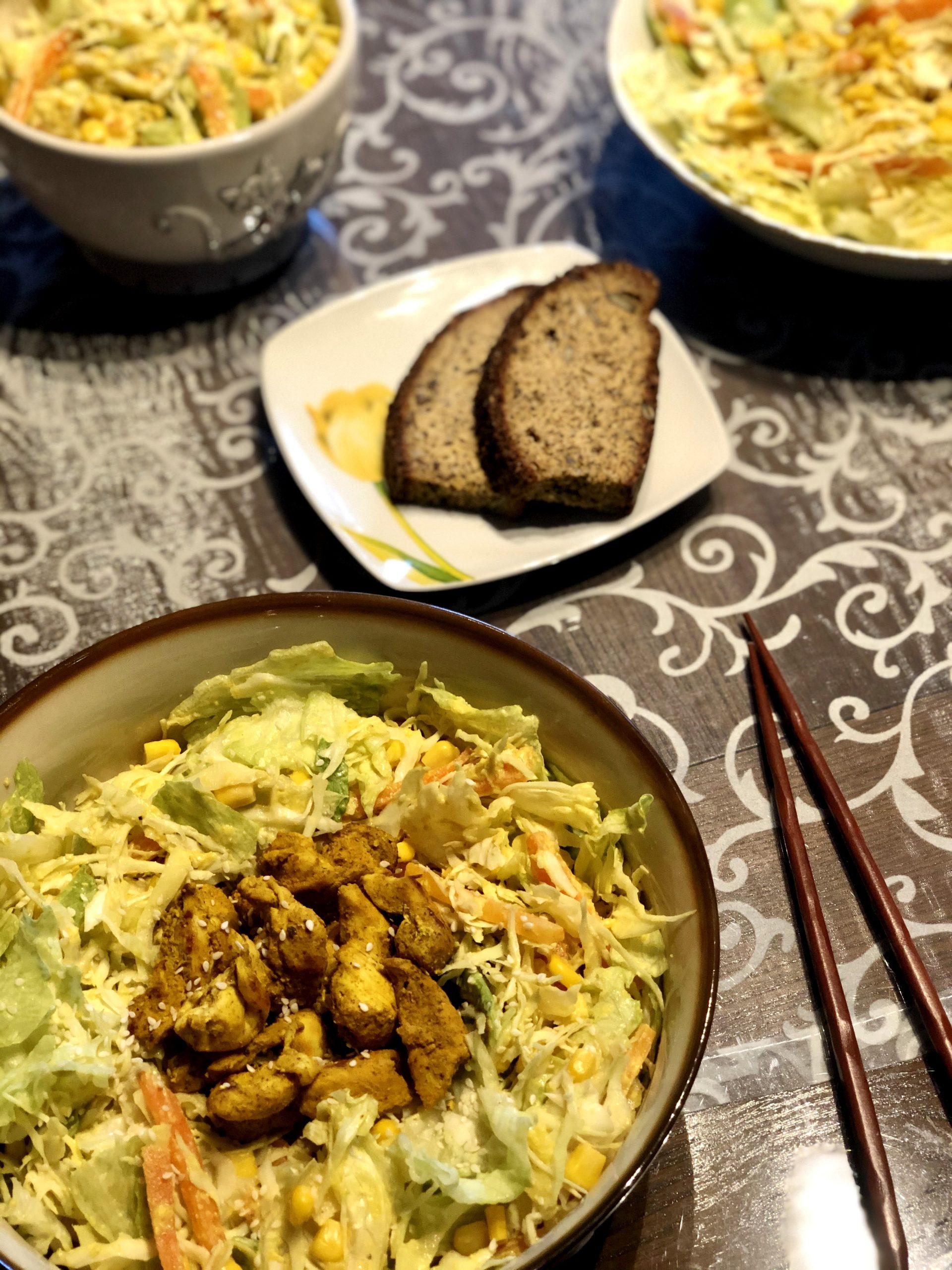 Solata s curry piščancem in hummusovim prelivom