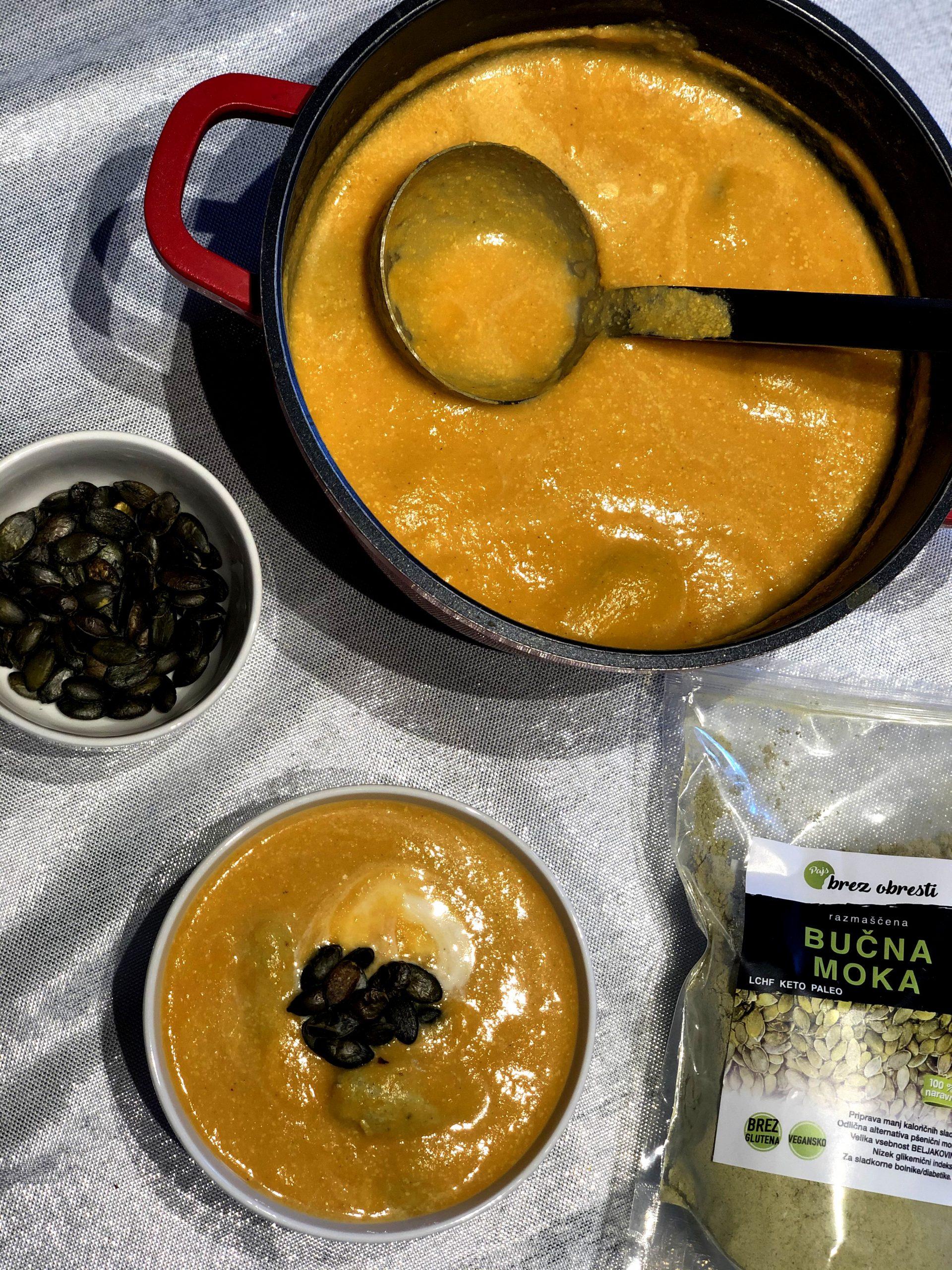Bučna juha z bučnimi žličniki