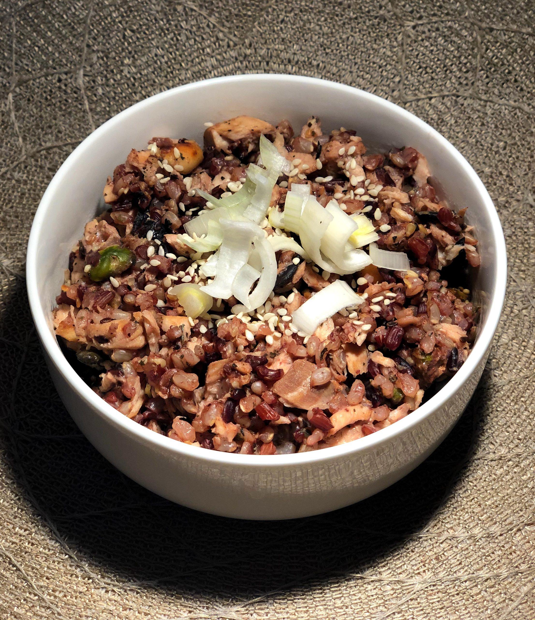 Trije riži z lososom, oreščki in s semeni