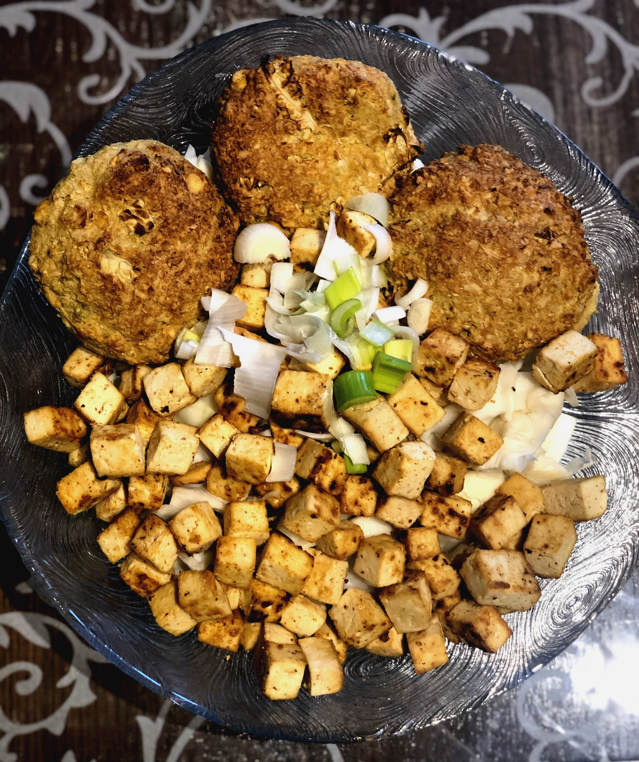 Pekoče začinjen tofu z zeljem in ohrovtovimi polpeti