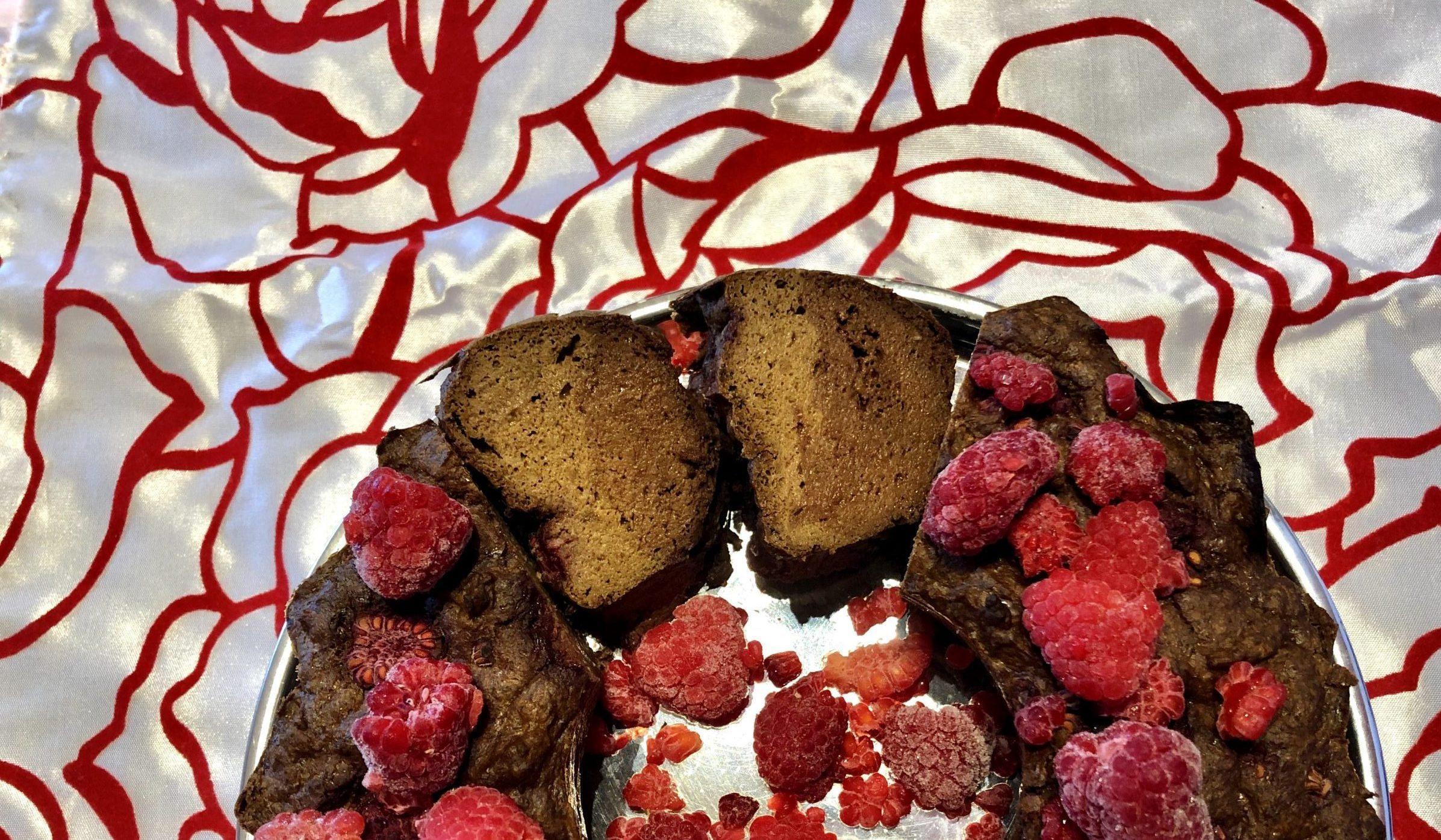 Čokoladno-vanilijev kolač z malinami
