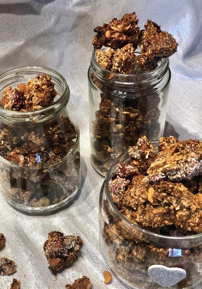 Granola iz semen in oreščkov z malinami