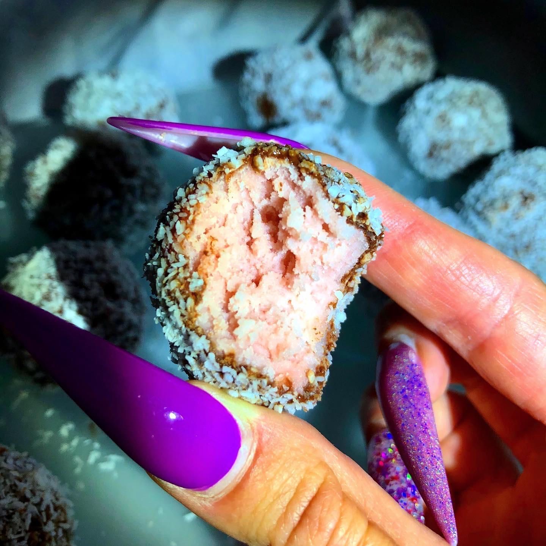 Kokosovo-jagodne kroglice s čokolado