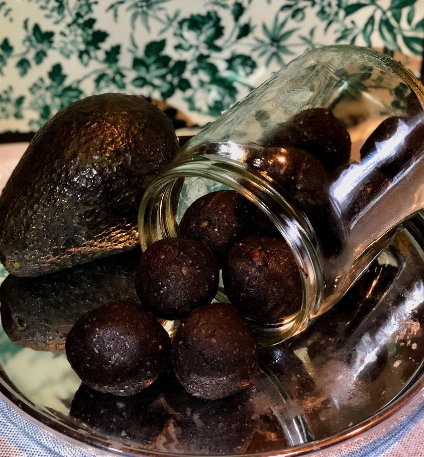 Kakavove kroglice z avokadom in lešniki