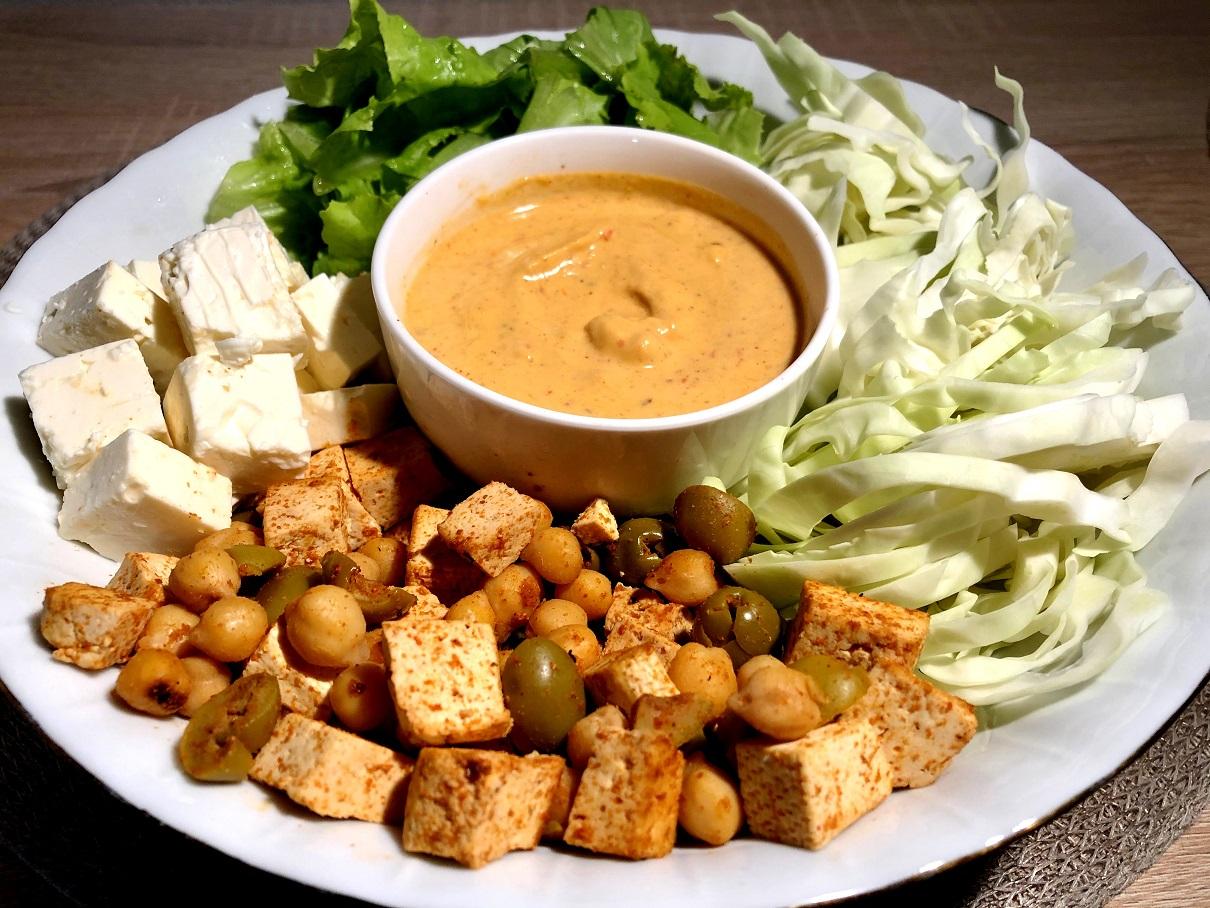 Zelenjavni krožnik s sirom in hummusom