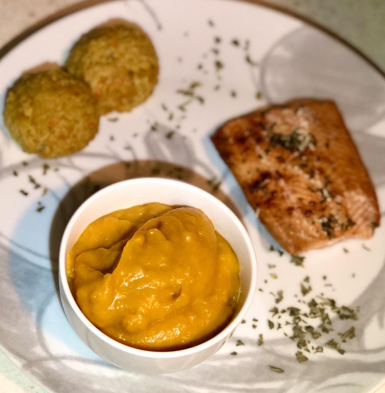 Ideja za kosilo: Losos iz pečice z bučnim pirejem in lečinim dhal curryjem