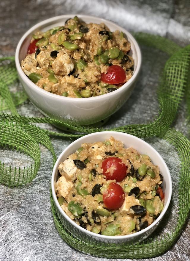 Kremna kvinoja z bobom, bučnimi semeni in s tofujem z baziliko