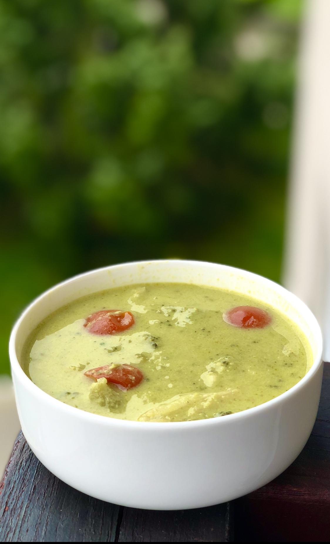 Zeleni curry z brokolijem in grahom