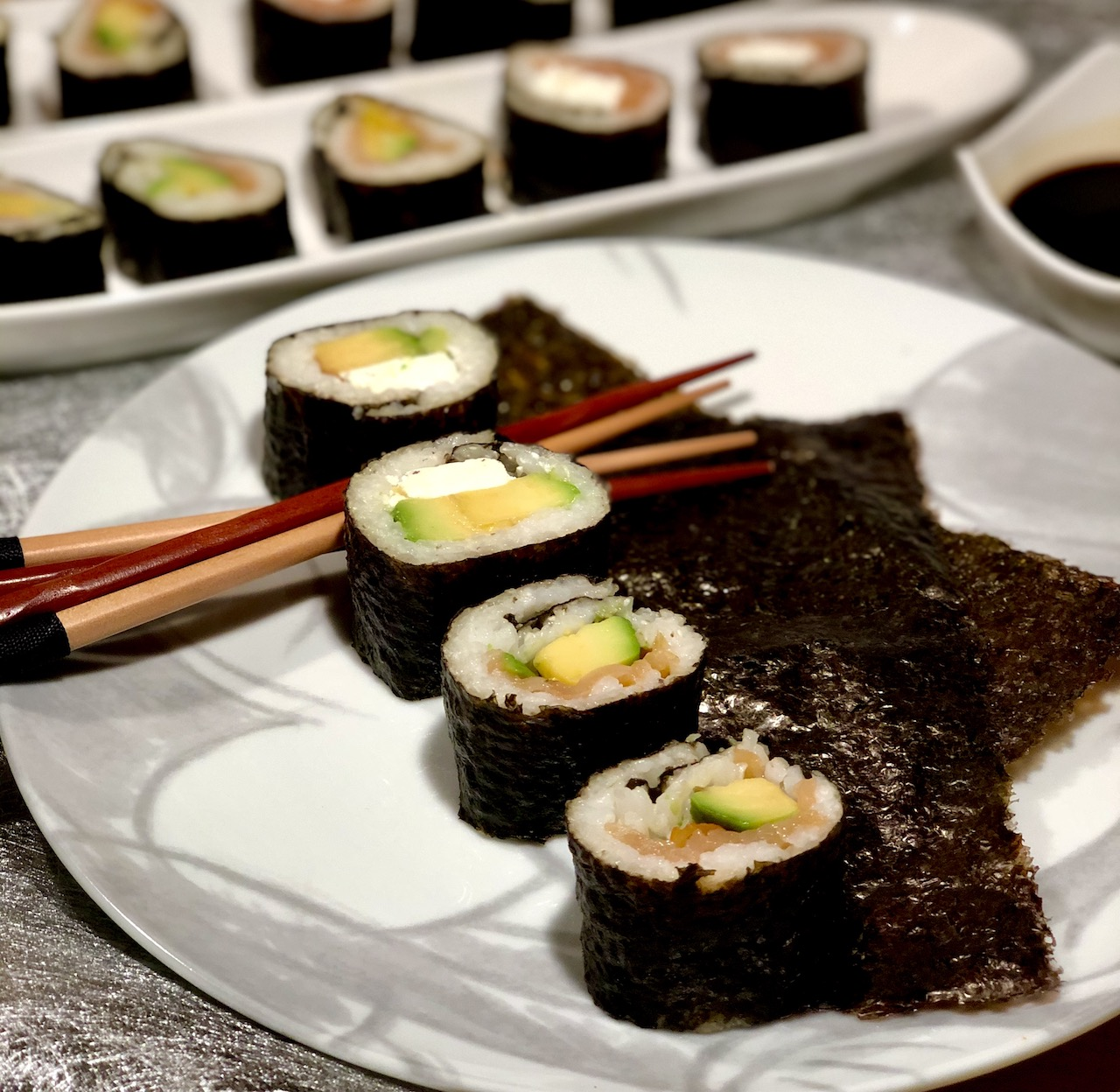 Sushi s feta sirom, z dimljenim lososom in avokadom